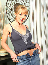Jeans Nippels, Adorable milf Shayla Laveaux spreads her legs exposing her pussy and her pink clitoris on the sofa