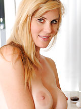 naked models, Hottie Anilos Kate Kastle spreads her legs wide open to show her pink pussy